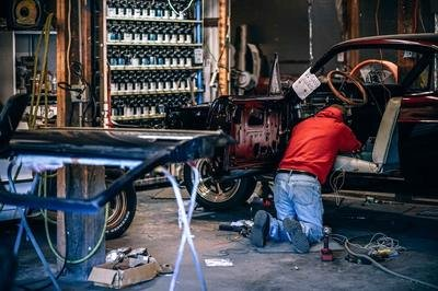 small warehouse wms - man fixing car